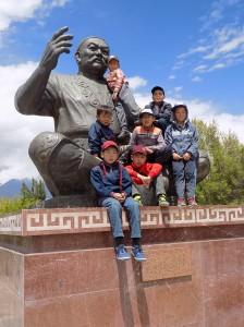マナス吟遊詩人像と子供たち